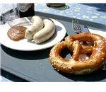 800px-Weißwurst mit Laugenbrezel und Senf