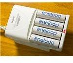 800px-Eneloop AA ja on charger