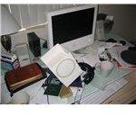 Messy Desk - Wikimedia - Elliott Pesut - CC