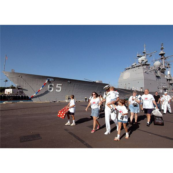 800px-US Navy 060109-N-3019M-009 Sailors assigned to the guided missile cruiser USS Chosin (CG 65), and their family members leave the pier