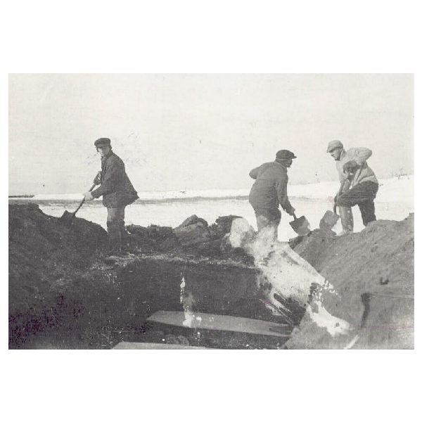 Spanish flu victims being buried in Canada, 1918