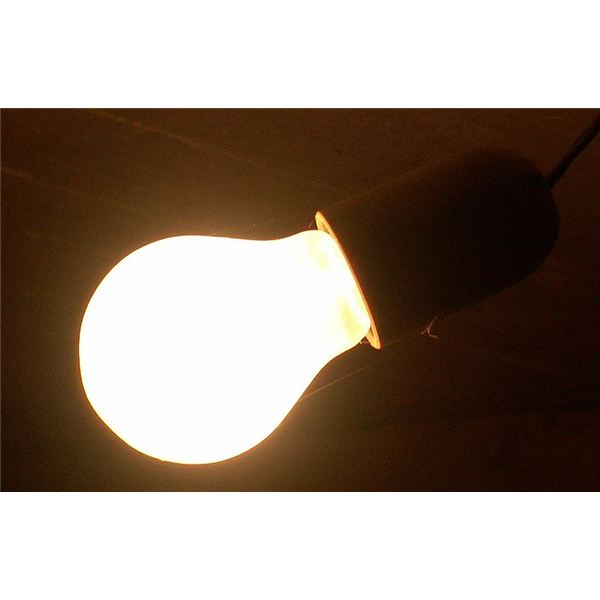800px-Incandescent light bulb on db
