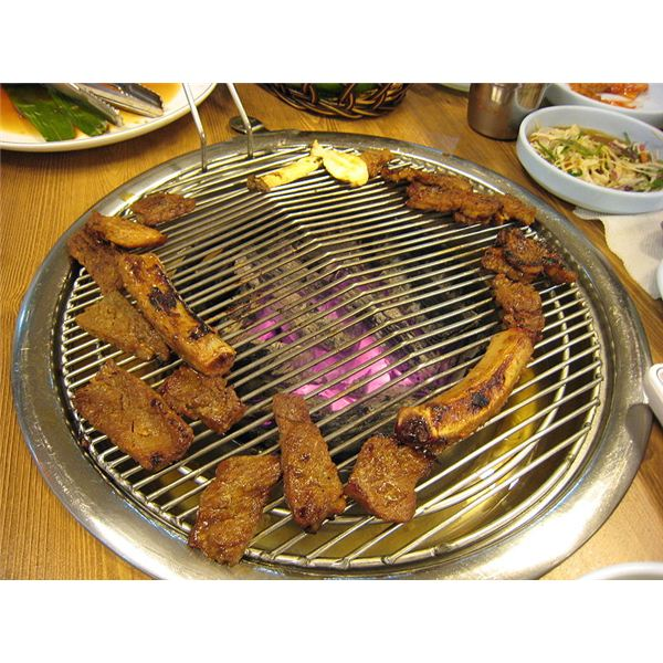 Kalbi is cooked over a specialized circular grill. (© karendotcom127, Wikimedia Commons)