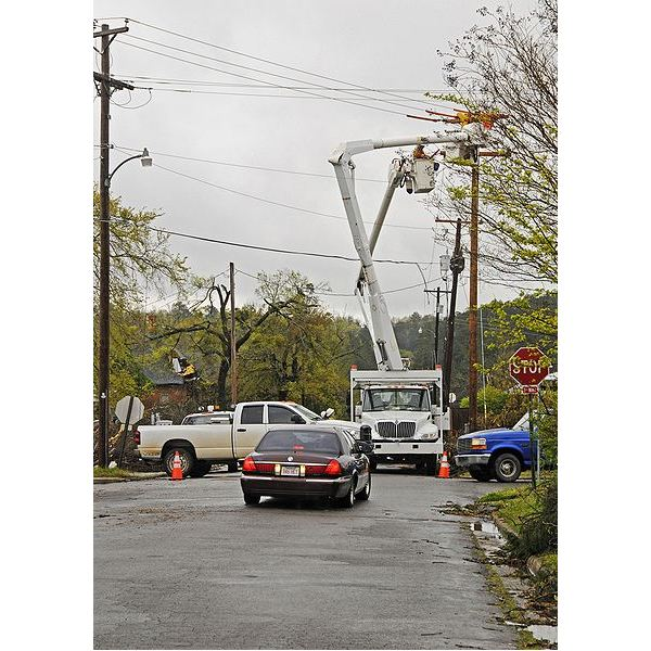 428px-FEMA - 40819 - Utility crew in Arkansas