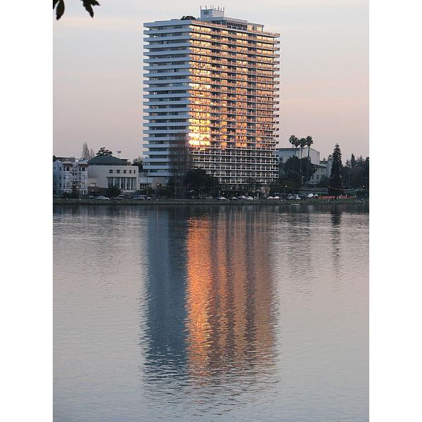450px-1200 Lakeshore across Lake Merritt Oakland