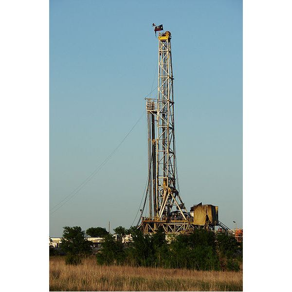 Texas Barnett Shale gas drilling rig from Wiki pedia by Loadmaster