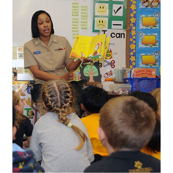 514px-US Navy 090303-N-3666S-011 Boatswain's Mate 2nd Class Rasheema Newsome, assigned to Commander, Navy Region Hawaii, reads Dr. Seuss' The Cat in the Hat to kindergarten students at Lehua Elementary School
