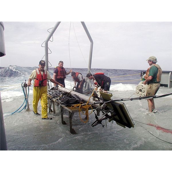 800px-US Navy 030501-N-9999F-001 NAVAIR tactical acoustic measurement and decision aid sonobuoy system (known as TAMDA) team harvests oceanographic parameters in the Gulf of Mexico