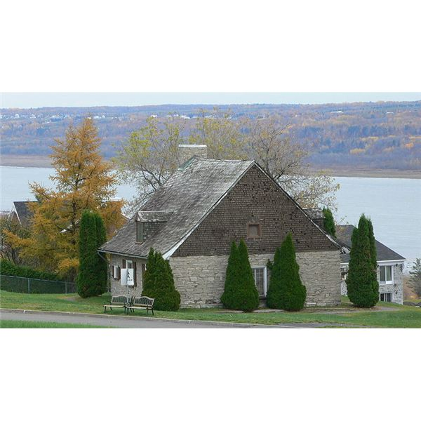 800px-St Lawrence River House in front