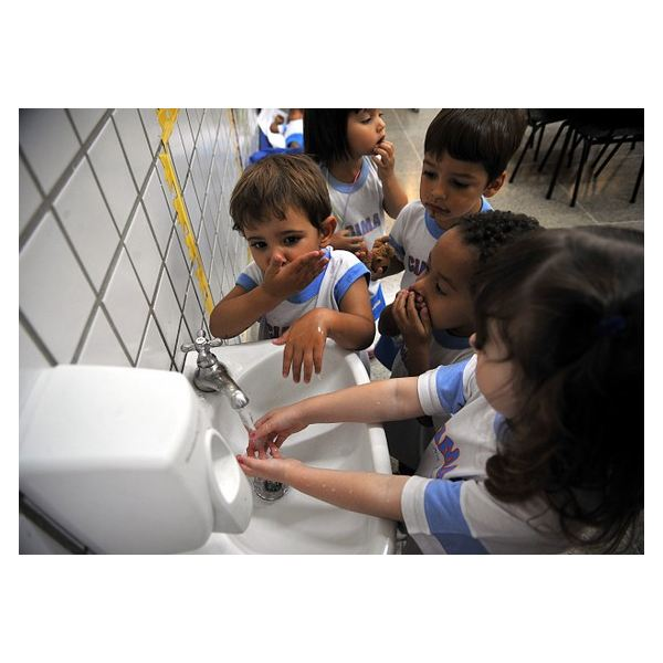 Washing hands helps you stay healthy. Image by Wikimedia Commons /Christian Hartmann