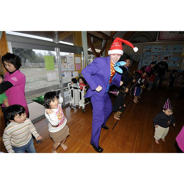 800px-US Navy 091218-N-8335D-232 Master-at-Arms 3rd Class Paul Ellis dances with children at the Kusuzumi daycare center