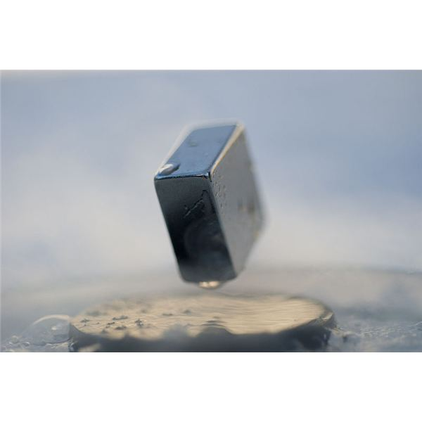 800px-Levitation of a magnet on top of a superconductor 2